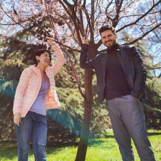 """Двама, кацнали на едно дърво с розов цвят. 🌺🌸 При такова време човек е в пролетно настроение. Прекрасно за среща с прекрасен актьор от театър """"София"""" - Юли Малинов. Интервюто също скоро ще """"кацне"""" в Cultinterview.com, малко преди поредния епизод на сериала """"All inclusive"""" и неговото """"скиорско"""" участие. ❄️😉😊  . . . . . #allinclusive #actorsworld #actors #serial #bgserial #cultinterview #театърсофия #култура #настроения #interviewday #gooddays #moods #culture #интервю #интересно #актьор #actorsworld #actorslife #actores #българия #сериал #theatre #театър #киномания #кино #култура #newinterview #актьор #actorsworld #actorlifestyle #culture2 #cultura #настроение @julianomalino @allinclusive.tvseries @sofia.theatre"""