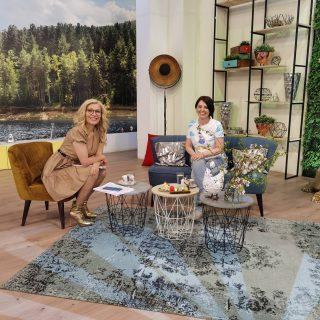 """Колко приятни и вдъхновяващи 15 минути си изкарах днес в """"На кафе""""... 💓Мотив за летене. Пак ще дойда, @gala_na_kafe ☺️🙂😇 Дори успяхме да покажем акварелите и тениските на @artistic.tshirt 🌸💞 Има такова предаване! 🌞 . . . . . #интервю #интересно #настроение #накафе #nakafe #interviewday #interview #novatv #тениски #предаване #хендмейдидеи"""