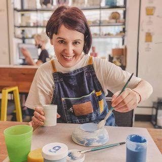Страхотно внедряващо енергия място за мен е @moetomatzalo. Бях там за пореден път. При 30 градуса навън. Всичко това - между моето си рисуване вкъщи. 🙃😆 Вие имате ли си такива готини територии? . . . . . #drawing #ceramics #ceramicart #ceramicstudio #paintceramics #ceramicpainting #sesamestreet #sesamestreettheme #интересно #рисуване #ръчнаизработка