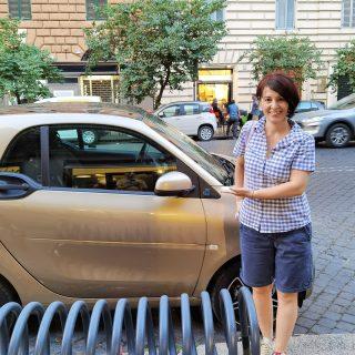 """Тези колички, Смарт, са из цял Рим. Няма скутерчета, няма Vespa. Всичко е Smart. На човек да му се прииска да """"яхне"""" една. Като детска играчка е. ☺️🙃 .  . . .  .  .  #smartcar #romecityworld #рим #римиталия #rome_it #romeitaly #rome #romaitalia #itália #italytrip #wheninrome #romelife #travellers #traveleurope #пътуване #travellerlife #rometrip #romelovers #romecity"""
